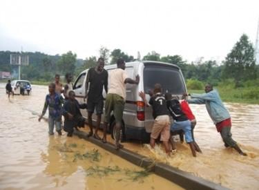 Pluie diluvienne à Abidjan : Des automobilistes perdent leurs véhicules