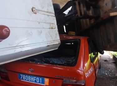 Côte d'Ivoire : Un camion de sable écrase un taxi