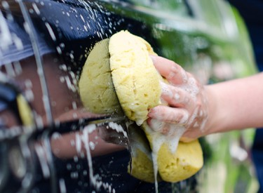 Lavage de voiture : 10 astuces pour remettre à neuf votre auto