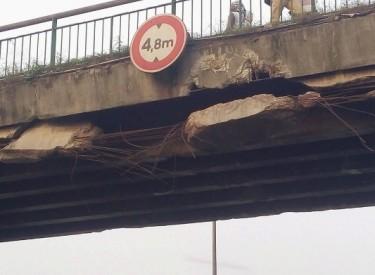 Autoroute du Nord: le pont-piéton de Yopougon presqu'en ruine