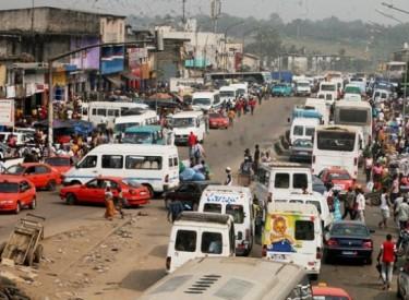 Les gbakas en grève contre les syndicats à Yopougon (Abidjan)