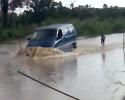 La montée des eaux empêche la circulation sur la route internationale du Sud-Est à Yaou